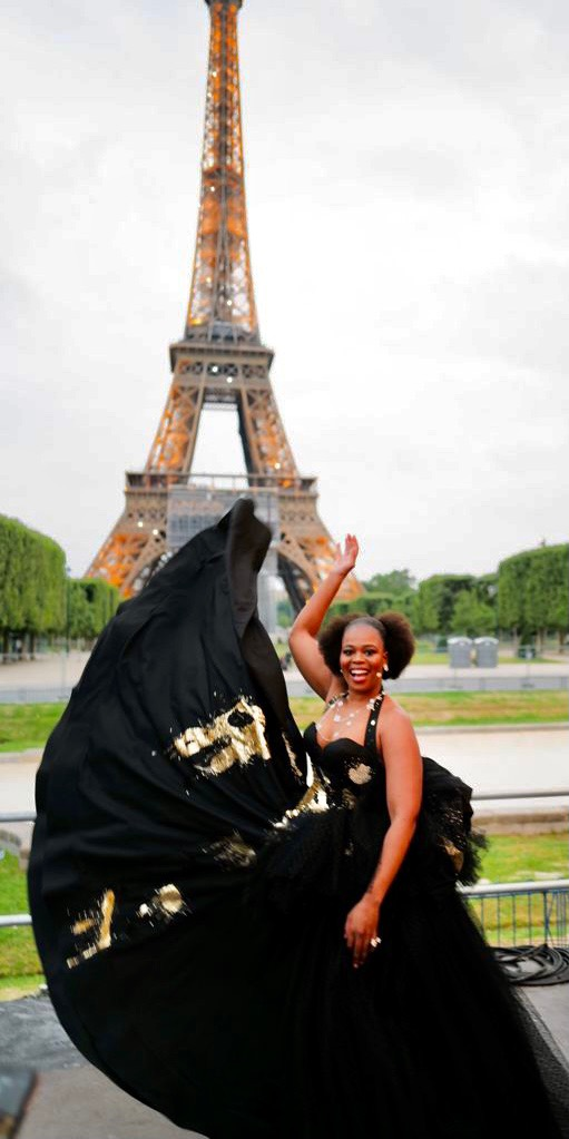 La cantatrice Pretty Yende en Julien Fournié Haute Couture avant le concert du 14 juillet 2021 à Paris au Champs de Mars devant la Tour Eiffel